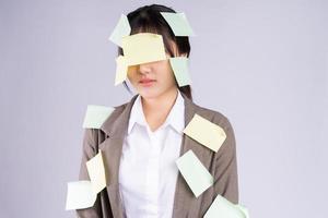 jeune femme d'affaires asiatique se sent pressée par la date limite photo