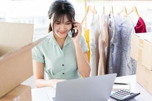 jeune femme asiatique commençant une carrière de vente en ligne à domicile photo