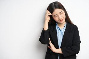 portrait de femme asiatique pensant photo