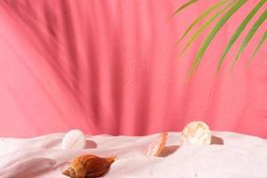 fond d'été avec mur rose, coquillage et sable photo