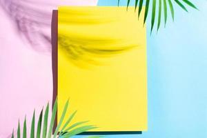 fond d'été avec du papier jaune vierge photo