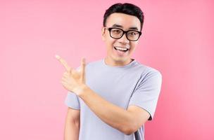 portrait d'un homme asiatique posant sur fond rose avec beaucoup d'expression photo