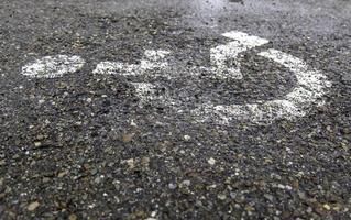 signe handicapé sur l'asphalte photo