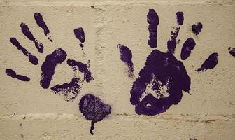 marqué à la main sur un mur de ciment photo