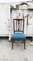 chaise en bois à la poubelle photo