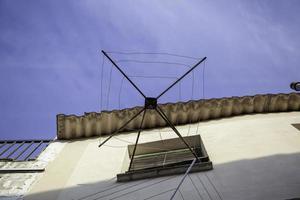 corde à linge vide sur balcon photo