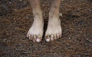 pieds sales en forêt photo
