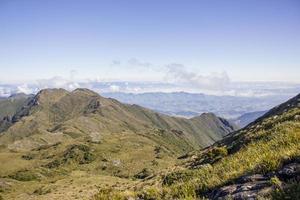 vue sur la piste de montagne mince au brésil photo