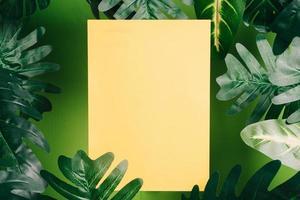 le papier jaune est placé parmi les feuilles photo