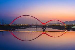 scène de nuit de la nouvelle ville de taipei par la rivière à taiwan photo