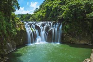 Cascade de shifen dans la nouvelle ville de taipei, taiwan photo