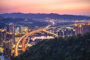 vue nocturne de nouveau taipei avec l'autoroute, taiwan photo