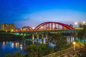 Pont de tuyau sur la rivière à Taipei, Taïwan photo
