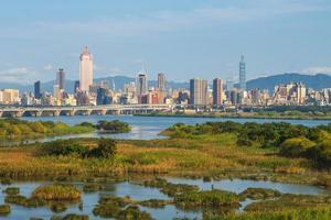 paysage de la ville de taipei au bord de la rivière à taiwan photo