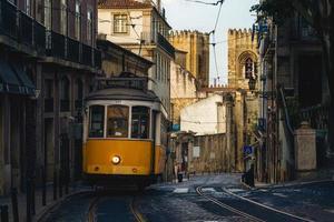 itinéraire classique et touristique, tram 28 de lisbonne au portugal photo