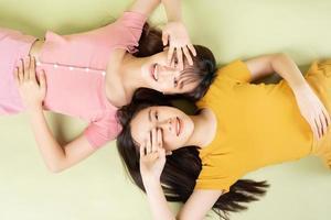 portrait de deux belles filles asiatiques photo