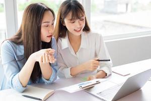 femme d'affaires asiatique et collègues discutant du travail ensemble photo