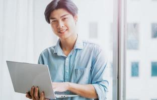 portrait d'un homme d'affaires asiatique travaillant attentivement photo