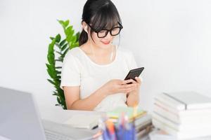 jeune femme d'affaires asiatique regardant la diffusion en direct à la maison après avoir travaillé en ligne photo