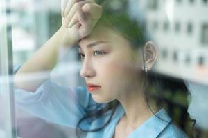 femme d'affaires asiatique se sent fatiguée à cause de la pression du travail photo