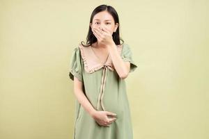 femme asiatique enceinte se sent nauséeuse photo