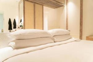 décoration d'oreillers blancs sur le lit dans la chambre de l'hôtel de luxe photo
