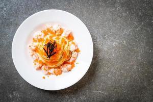 spaghetti crémeux aux crevettes et œufs de crevettes - style fusion food photo
