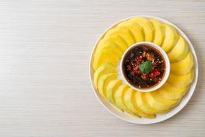 mangue verte et dorée fraîche avec trempette de sauce de poisson sucrée - style asiatique photo