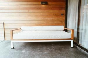 banquette vide ou canapé-lit sur le balcon pour se détendre photo