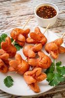 brochette de saucisses frites avec trempette photo