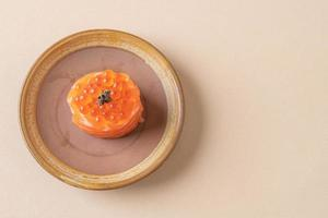 saumon frais cru avec sushi aux œufs de saumon - style de cuisine japonaise photo