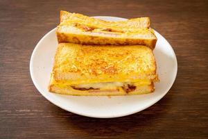 pain perdu maison avec jambon, bacon et sandwich au fromage avec œuf photo