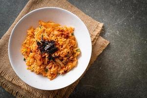 riz frit kimchi aux algues et sésame blanc - style coréen photo