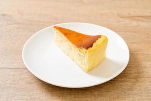 Gâteau au fromage fait maison sur une plaque blanche photo