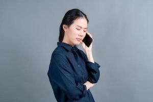 femme asiatique utilisant un téléphone portable parlant affaires photo