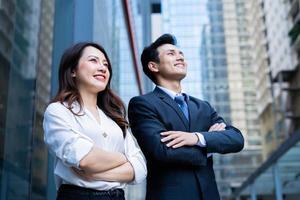 portrait de deux entrepreneurs avec une expression confiante photo