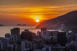 coucher de soleil sur la colline de cantagalo photo