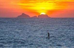coucher de soleil sur la plage d'ipanema photo