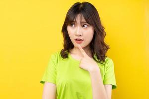 jeune fille asiatique avec des expressions et des gestes sur fond photo