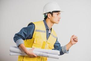 portrait d'ingénieur en construction asiatique tenant le dessin en cours d'exécution photo