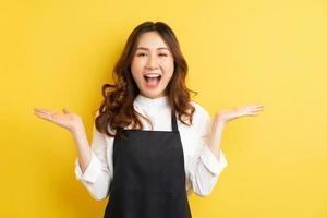 belle femme au foyer avec geste isolé sur fond jaune photo