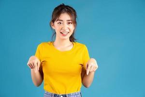 jeune fille asiatique posant sur fond bleu photo