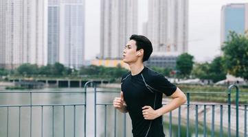 l'homme asiatique fait du jogging dans le parc photo