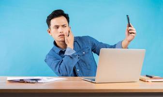 image de jeune homme d'affaires asiatique sur fond bleu photo