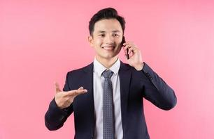 image de jeune homme d'affaires asiatique sur fond rose photo