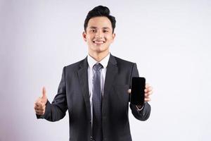 image de jeune homme d'affaires asiatique portant un costume sur fond blanc photo