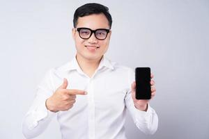homme d'affaires asiatique pointant vers l'écran du smartphone photo