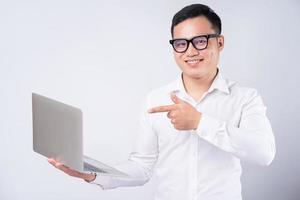 homme d'affaires asiatique utilisant un ordinateur portable sur fond blanc photo