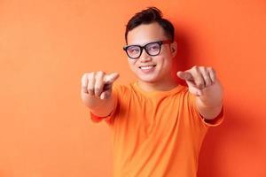 l'homme asiatique a pointé sa main photo