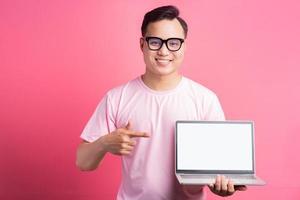 l'homme asiatique pointait vers l'écran d'ordinateur photo